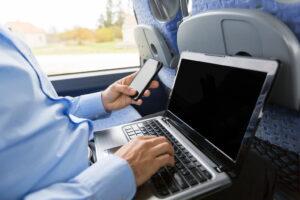 バス車内にWi-Fiサービスを導入する方法やメリットを解説