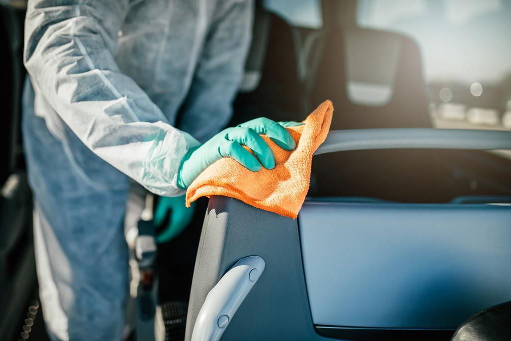 車内の消毒作業